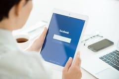 Facebook-login op de Lucht van Apple iPad Stock Foto's