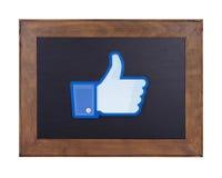 Facebook logo som skrivs ut på pappers- och förläggas på en svart tavla Arkivbilder