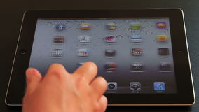 Facebook op iPad 3 stock footage
