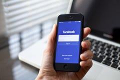 Facebook op smartphone Stock Foto