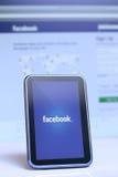 Facebook op smartphone en laptop Stock Fotografie