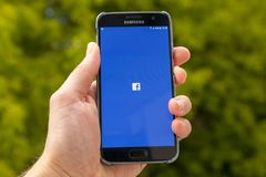 Facebook på smartphonen Arkivfoton