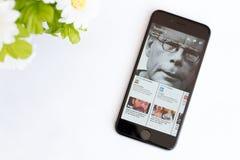 Facebook pappersapplikation på iphone 6 Arkivfoton
