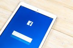 Facebook podaniowa ikona na Jabłczanym iPad smartphone ekranu zakończeniu Facebook app ikona Ogólnospołeczna medialna ikona 3d si zdjęcie stock