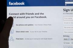 Facebook que assina acima a tela da tabuleta Fotografia de Stock Royalty Free