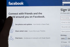 Facebook que firma para arriba la pantalla de la tableta Fotografía de archivo libre de regalías