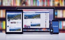 Facebook sul iPad pro Apple di iPhone 7 di Apple guarda e Macbook pro fotografia stock