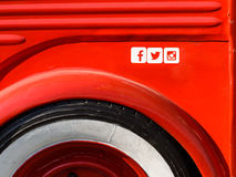 Facebook-, Twitter- und Instagram-Social Media-Ikonen auf rotem Metallhintergrund Lizenzfreie Stockfotos