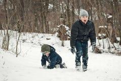 Faceci bawić się w śniegu w zimie Fotografia Royalty Free