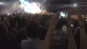 Faceci filmuje koncert na smartphone uzależniali się gadżety, bierze obrazek na kamerze zdjęcie wideo