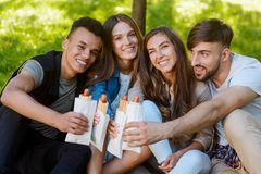Faceci i dziewczyny trzyma hot dog obraz royalty free
