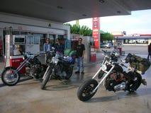 Faceci i rowery w benzynowej staci Zdjęcia Royalty Free