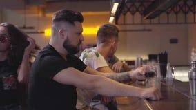 Faceci siedzi przy zakazują kontuar pije rum i gawędzić Atrakcyjny dziewczyny omijanie obok mężczyzna patrzeje ona i zbiory wideo