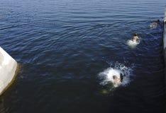 Faceci skaczą w wodę bierze skąpanie obraz stock