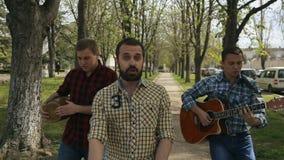 Faceci w szkockiej kraty koszula odprowadzenia puszku ulica zbiory wideo