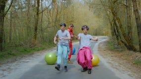 Faceci zabawę w lesie zbiory