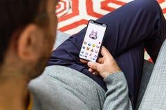 Faceid d'homme de Memoji utilisant le lapin de Xs d'iPhone le plus tardif photos stock