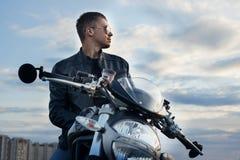 Faceman na praia com seu sportbike Imagens de Stock