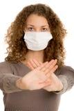 Facemask девушки нося защищает с ладонями Стоковое Изображение