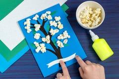 Facendo carta da un bambino sul tema della molla Punto 6 fotografia stock