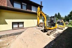 Facendo e costruendo una nuova strada asfaltata Immagine Stock