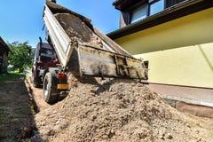 Facendo e costruendo una nuova strada asfaltata Fotografie Stock