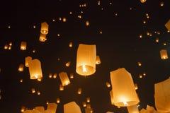 Facendo galleggiare le lanterne asiatiche dentro, Chiang Mai Thailand immagini stock