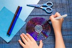 Facendo giocattolo pescare dal CD Children& fatto a mano x27; progetto di s Punto 1 Immagine Stock