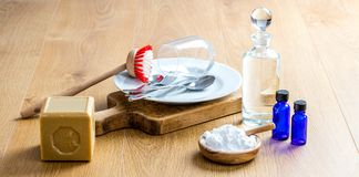 Facendo il detersivo economico di lavaggio del piatto per DIY inverdirsi pulizia Fotografia Stock