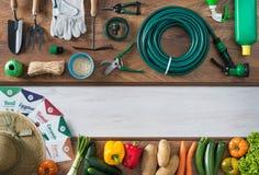 Facendo il giardinaggio e coltivando insegna Fotografie Stock Libere da Diritti