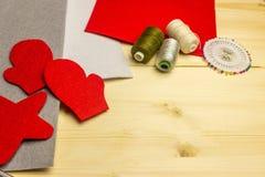 Facendo il giocattolo fatto a mano gioca da feltro da un ` s possiedono le mani Concetto del ` s dei bambini Dettagli per i gioca Immagini Stock Libere da Diritti