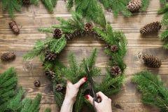 Facendo il Natale avvolga facendo uso di materiali freschi e tutti i naturali Immagine Stock