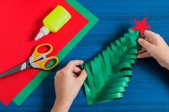 Facendo l'albero di Natale tridimensionale dalla carta Punto 10 Fotografie Stock