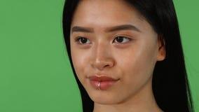 Facendo scorrere colpo di una donna asiatica sexy splendida che sorride alla macchina fotografica archivi video