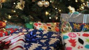 Facendo scorrere entro i regali di Natale stock footage