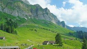 Facendo un'escursione al piede del Alpstein Immagine Stock