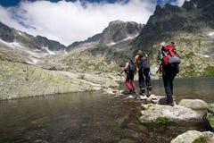Facendo un'escursione in alte montagne fotografia stock
