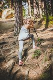 Facendo un'escursione 6 anni della ragazza Fotografia Stock Libera da Diritti