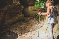 Facendo un'escursione 6 anni della ragazza Immagini Stock