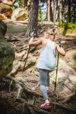 Facendo un'escursione 6 anni della ragazza Fotografia Stock