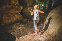 Facendo un'escursione 6 anni della ragazza Fotografie Stock