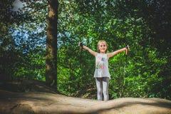 Facendo un'escursione 6 anni della ragazza Immagine Stock Libera da Diritti