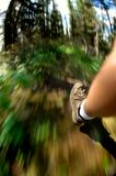 Facendo un'escursione attraverso la foresta Fotografia Stock Libera da Diritti