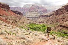 Facendo un'escursione attraverso la valle Fotografia Stock Libera da Diritti