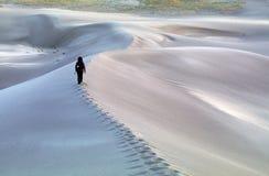Facendo un'escursione attraverso le dune di sabbia Fotografie Stock Libere da Diritti