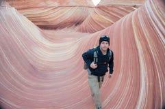 Facendo un'escursione camminata il monumento nazionale delle scogliere di Wave Vermilion fotografia stock
