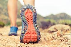Facendo un'escursione camminata o eseguire la suola di scarpa di sport fotografia stock libera da diritti