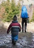 Facendo un'escursione con i bambini Fotografie Stock Libere da Diritti