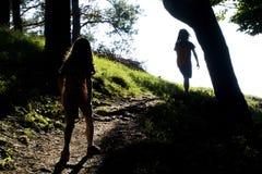 Facendo un'escursione con i bambini Immagini Stock