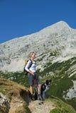 Facendo un'escursione con il cane Immagini Stock